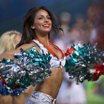 cheerleaders-654359_1280